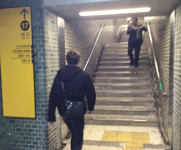 2.階段を上がり地上へ出ます