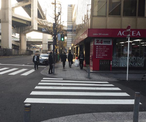 4.信号を渡ってすぐに、東亜ビルがございます