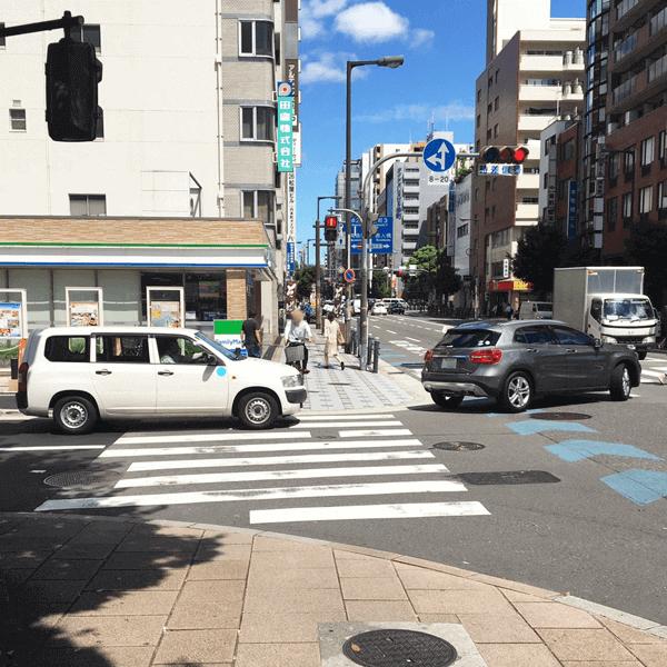 4.渡った先にファミリーマートのある横断歩道がありますので、さらに真っ直ぐ