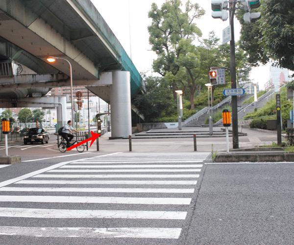 4.阪神高速の高架下を右に(横断歩道を渡ります)
